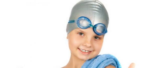 Czepki i obuwie dla dzieci, czyli jak wygodnie i bezpiecznie bawić się na basenie i nad morzem